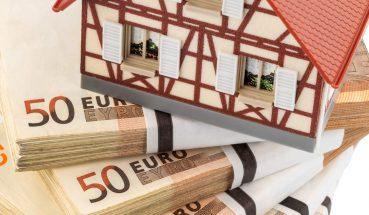 Fachwerkhaus auf Euro Geldscheinen, Symbolfoto für Hauskauf, Finanzierung, Bausparen